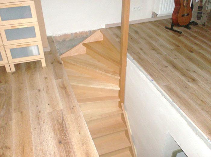 Binnendeuren en trappen trap en houten vloer afgewerkt schrijnwerk - Houten trap ...