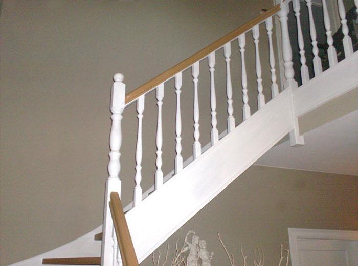Binnendeuren en trappen afgewerkte trap in hout detail 2 afgewerkt schrijnwerk - Interieur houten trap ...