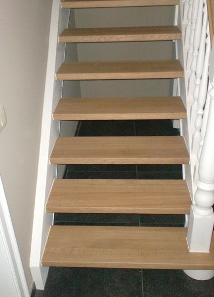 Binnendeuren en trappen  Afgewerkte trap in hout  detail 3  ~ Houten Trap Badkamer