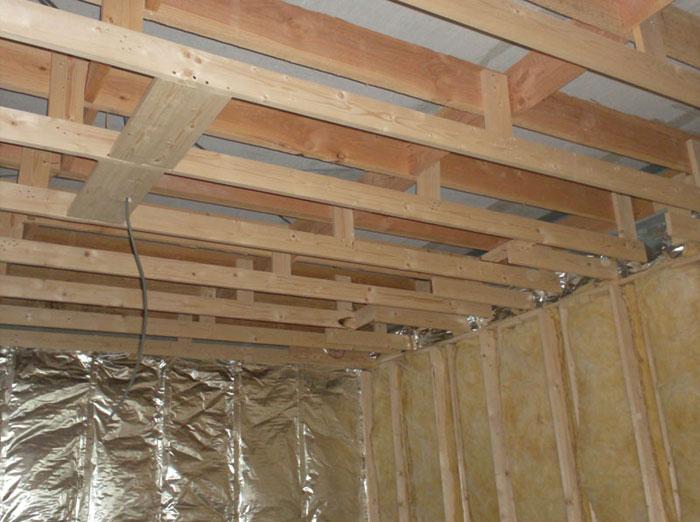 Hout Badkamer Plafond ~ Houten skelet ter voorbereiding van plaatsing gyproc  gipsplaten